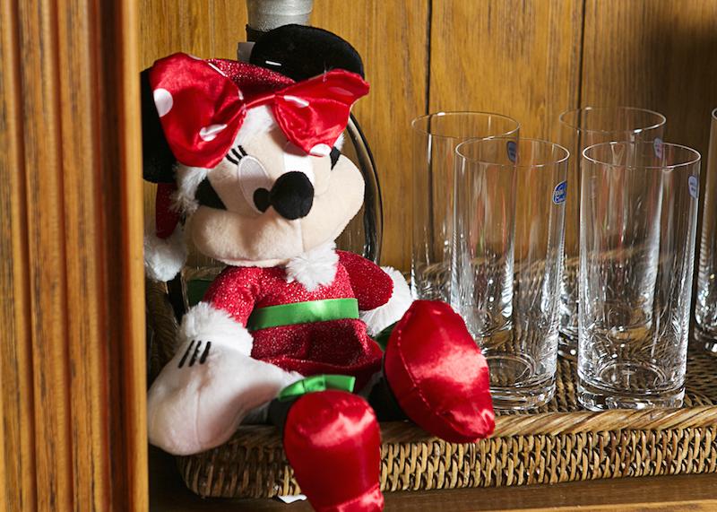 Enquanto isso, a Minnie se escondeu no cantinho do bar.
