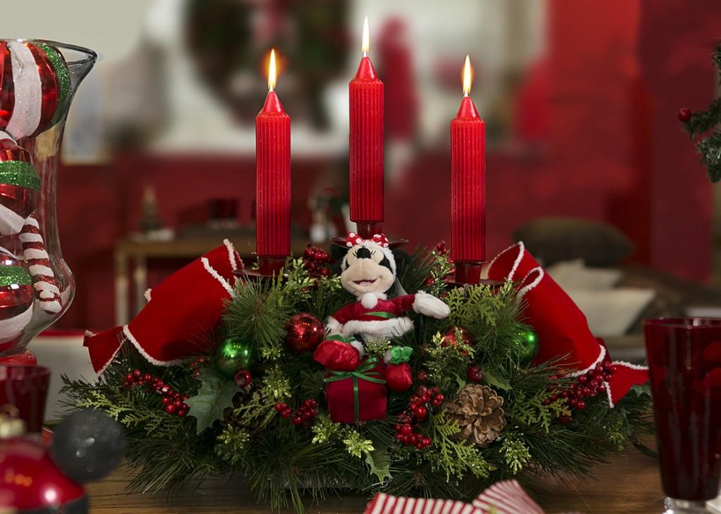 Minnie enfeita a mesa da ceia no centro de mesa com três velas.