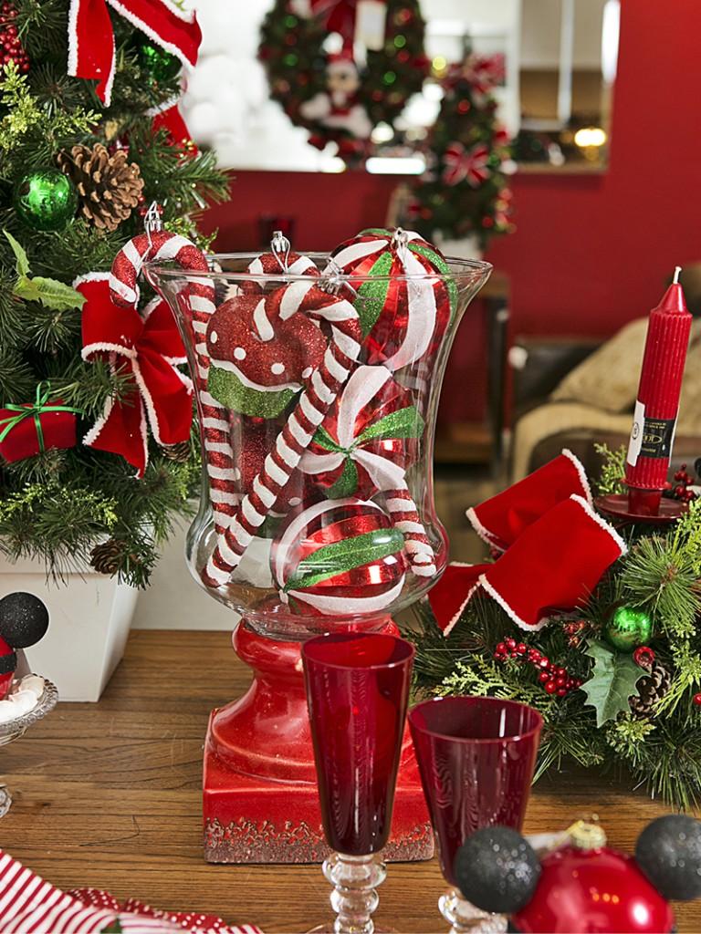 O porta-velas La Fleche, com base de cerâmica, foi preenchido com bolas de Natal e enfeites em forma de bengalinhas e cupcakes, e se transformou em enfeite de mesa.