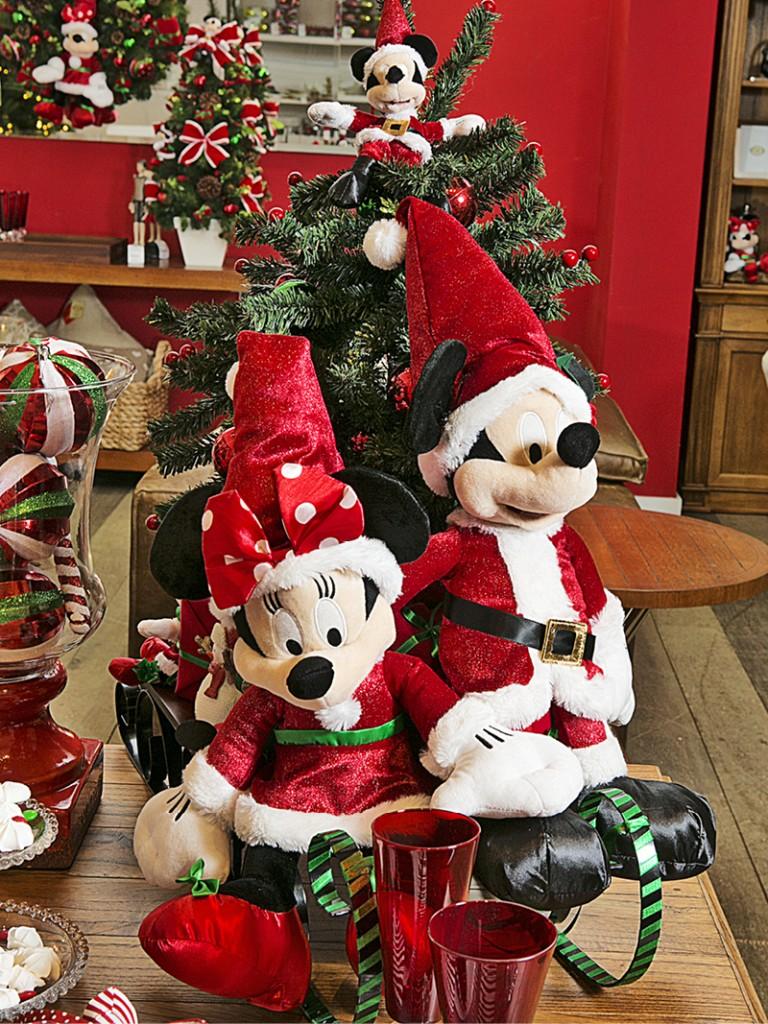 Em um cantinho da sala, o casal Mouse vestido de Papai e Mamãe Noel, chega em um trenó carregando a árvore de Natal e os presentes.