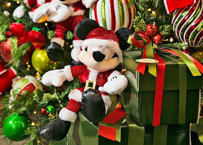 E na hora de abrir os presentes na árvore, quem aparece de novo? Desejando um Natal super encantado para todos!