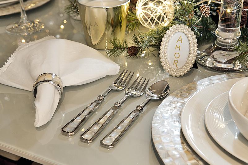 Na noite de ano novo, vale a brincadeira de desejar coisas boas para os convidados, através de mini porta-retratos colocados ao lado de cada prato.