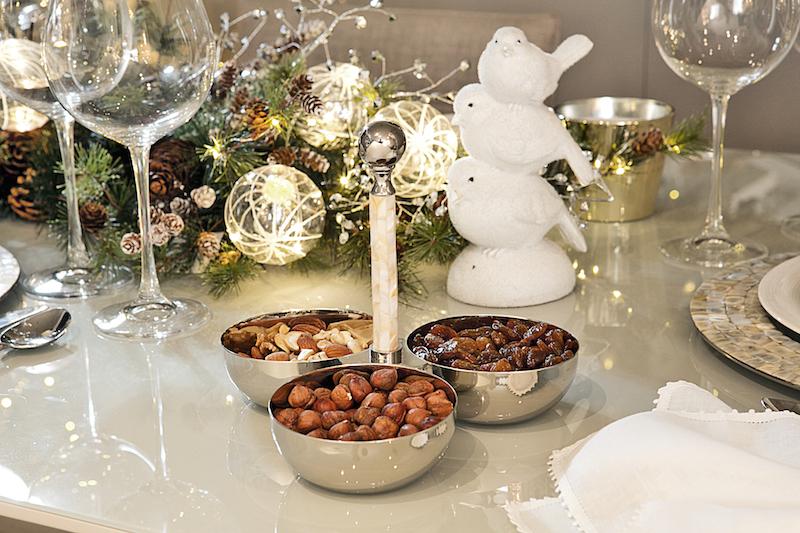 Enquanto o jantar não é servido, o trio de bowls mantém todos abastecidos de nozes e frutas secas pra acompanhar os drinks.