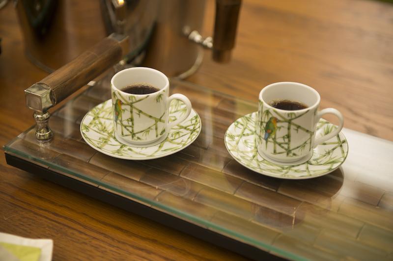 O final da refeição continua no mesmo clima, com o cafezinho servido nas xícaras Parrots sobrebandeja forrada de vidro da linha Bamboo.