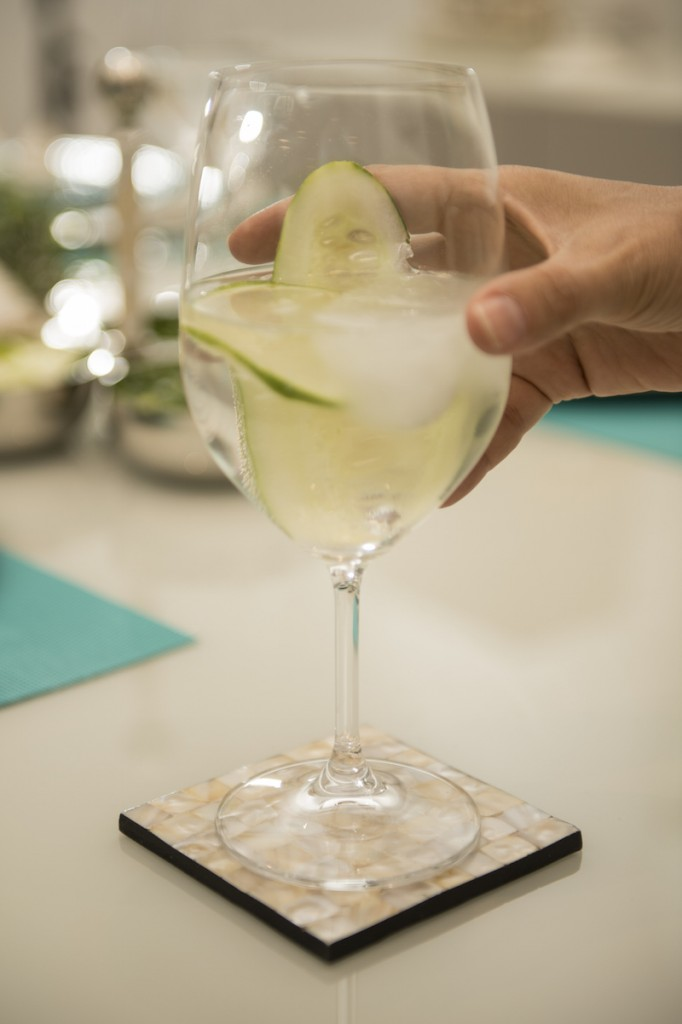 Na taça de bojo largo, Bohemia Vintage, o gin tônica, drink do momento, sobre porta-copos da linha Pearl.
