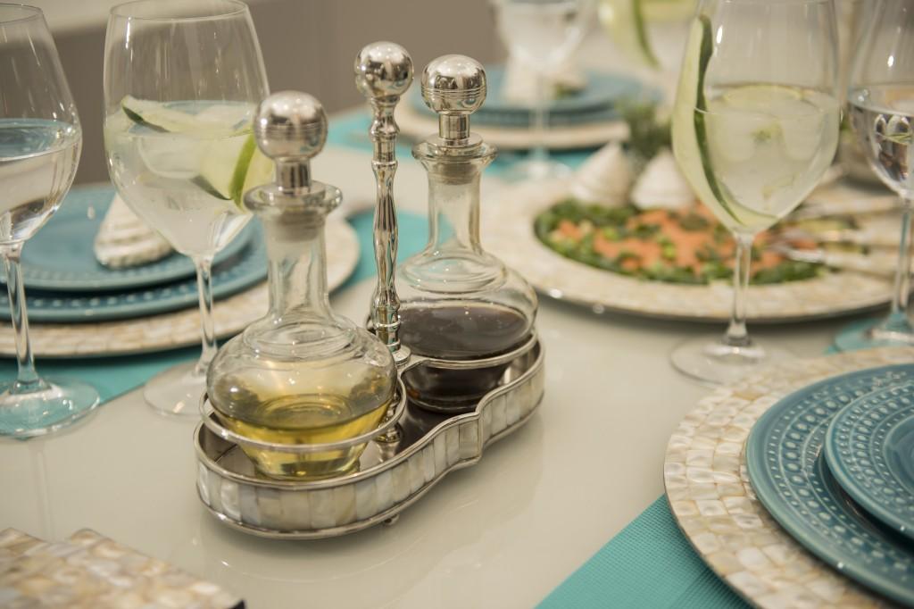 Azeite e vinagre balsâmico vão à mesa no galheteiro Pearl.