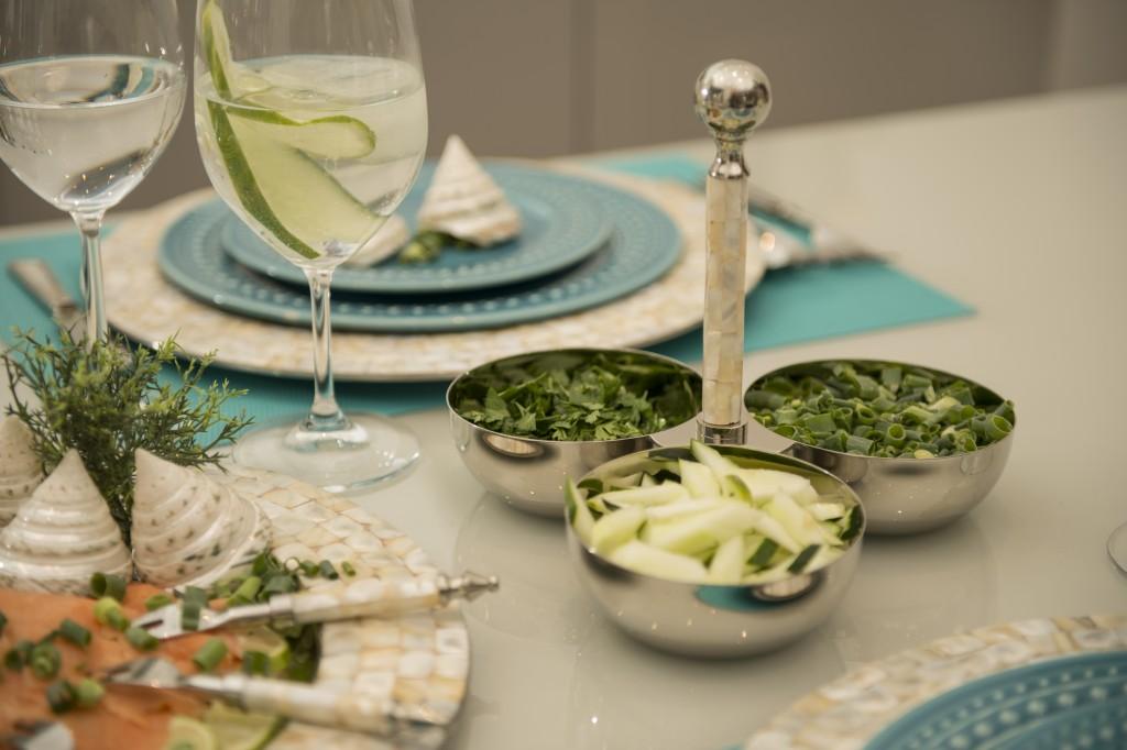 Porções extras de tempero ficam disponíveis para os convidados na petisqueira com alaça em madrepérola.
