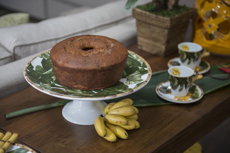 O bolo - de banana com nozes, é claro - é servido no prato de pé grande.