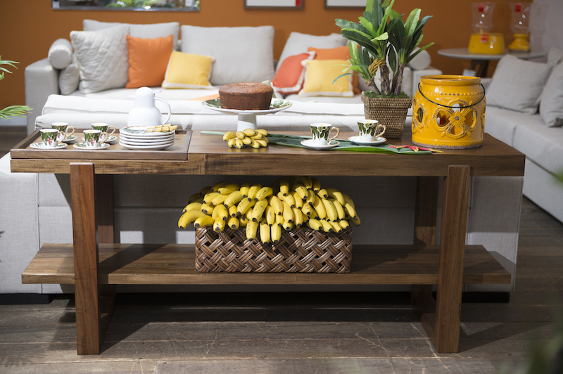 Entrando no clima da decoração, o cacho de bananas sai da cozinha para virar destaque no aparador James, na gaveta de vime xxxx.