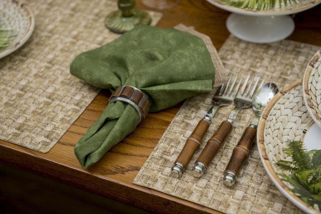 O guardanapo estonado verde faz par com o bege de linho, preso pela argola da linha Bamboo.