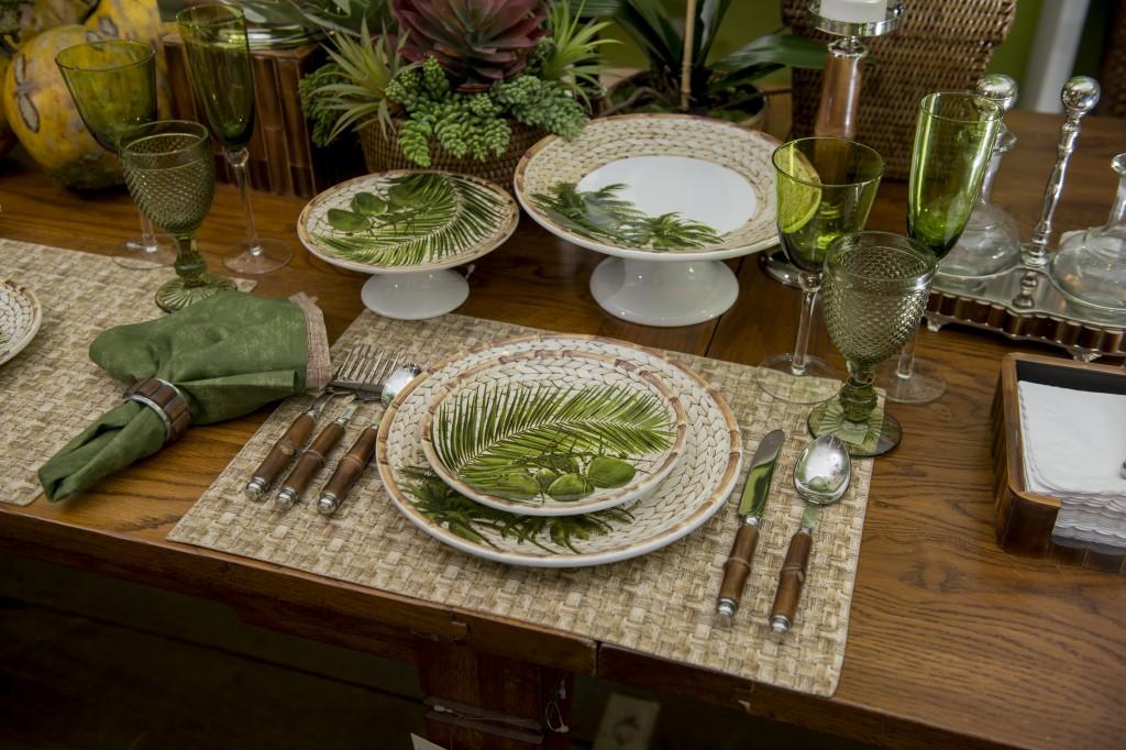 O centro de mesa mistura um arranjo de suculentas, orquideas Phalaenopsis e até cocos naturais, compondo um ambiente bem tropical.