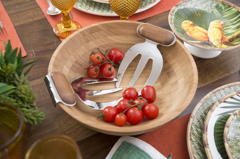 A saladeira de bambu dá o tom descontraído, com os pegadores de salada chiquérrimos em inox e bambu escurecido.