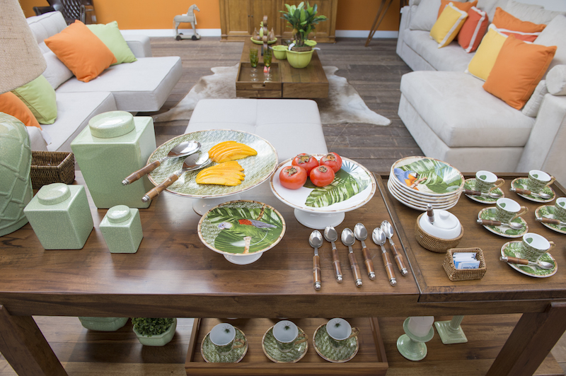 E o mabiente acolhedor e alegre se completa com as almofadas dos sofás, que convidam para que o papo contunue animado acompanhado de um segundo cafezinho ou de um chá.