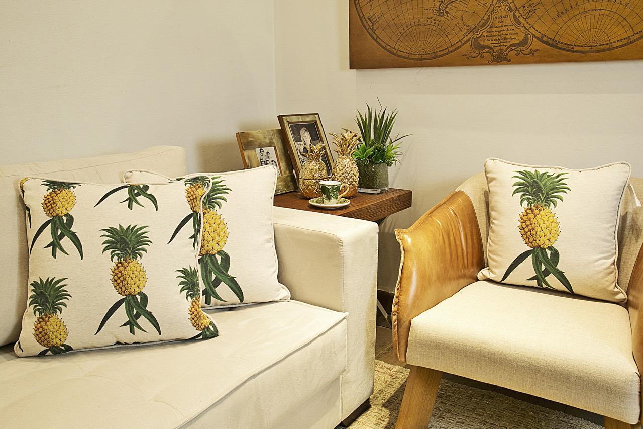 Almofadas de abacaxi da coleção Cecilia Dale Tropics.