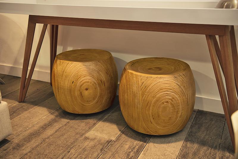 Quando o espaço é pequeno, as banquetas cabem em qualquer cantinho. Essas ficam guardadas embaixo do aparador, quando não estão em uso. De madeira maciça, tem rodinhas para faciliatar a movimentação.