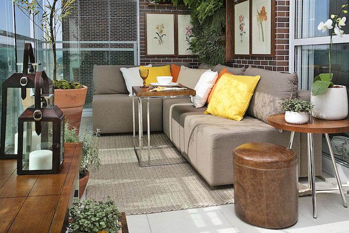 Nessa varanda, a banqueta de couro serve ao mesmo tempo como apoio lateral e assento extra em dias de casa cheia.