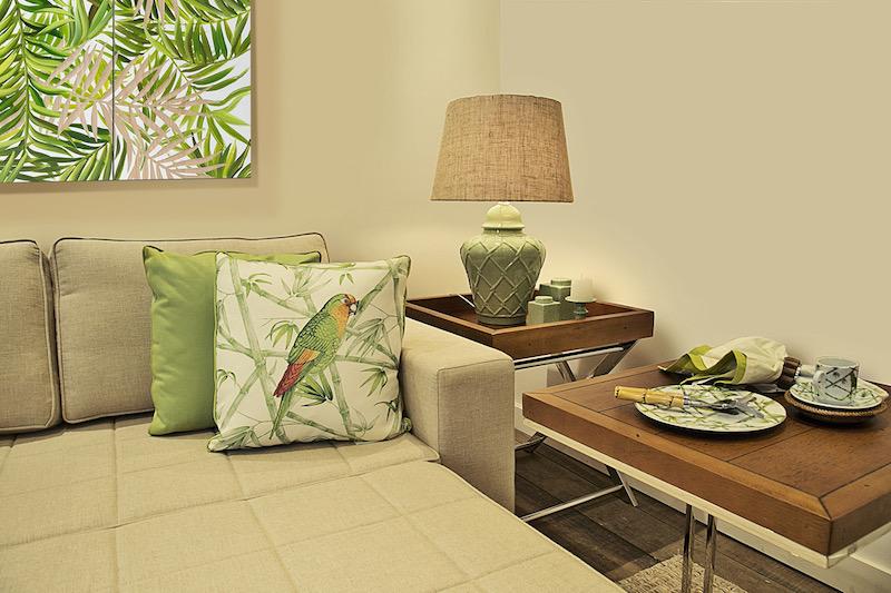 O sofá cama Loft da sala de TV / quarto de hóspedes ganhou vida com a almofada verde limão de sarja, junto com a almofada Parrots.