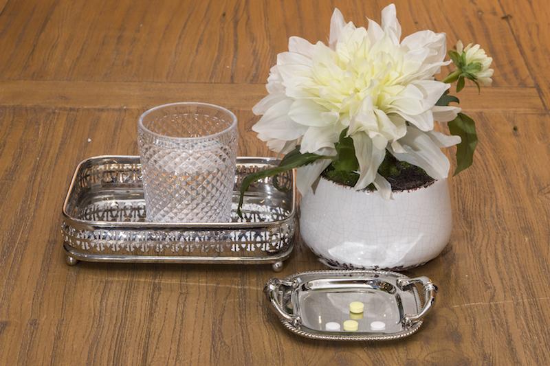 As vitaminas do dia a dia ficam lindas separadas na mini bandeja com alças e na retangular com brazão entalhado na base.