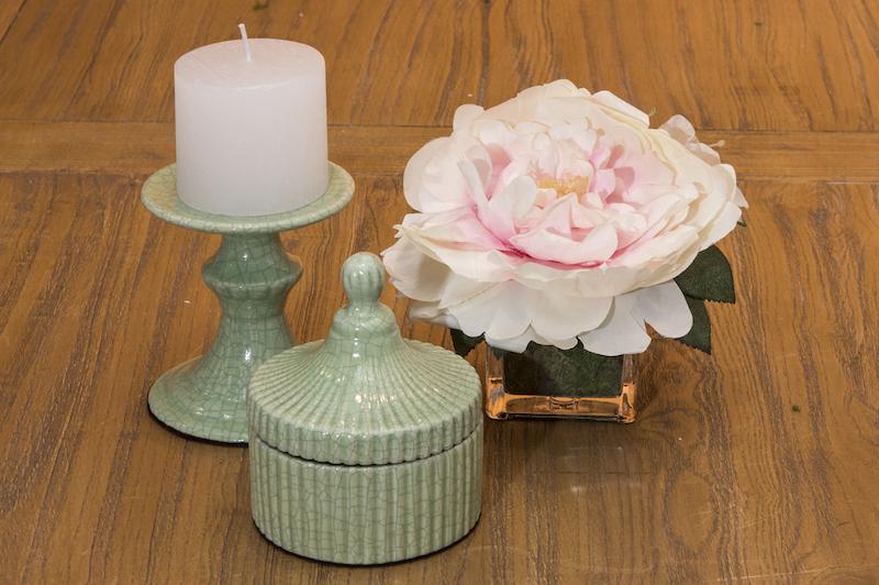 Para guardar relógio, aliança e brincos na cabeceira da cama ou na bancada da penteadeira: porta-joias de cerâmica, combinando com o porta-velas.