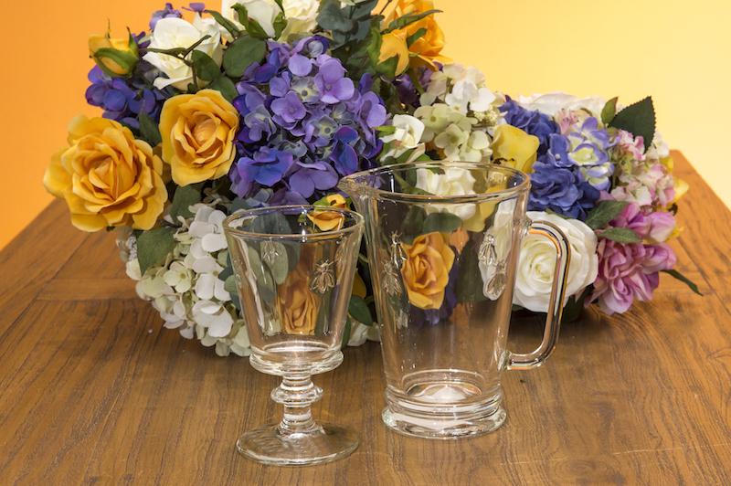 Para se manter sempre hidratada durante o dia: jarra e taça de vidro da linha Abeire.