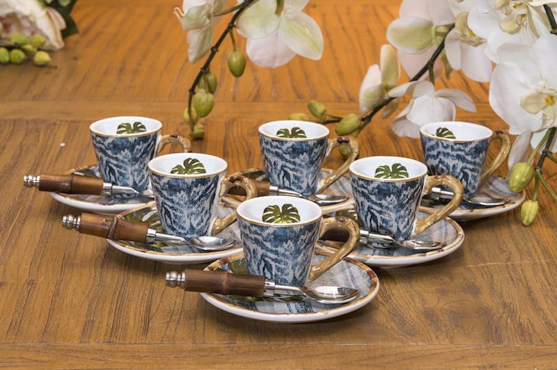 Para a mãe que adora receber as amigas para um cafezinho, xícaras da linha Búzios, com colherinhas Bamboo, com cabo em bambu natural.