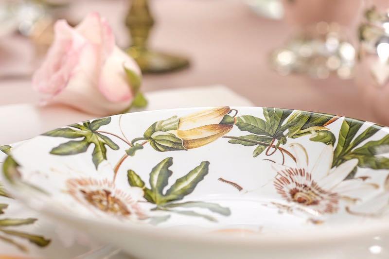 Detalhes das flores de maracujá no prato de sopa do jogo Passion Fruit. A flor encantou os descobridores portugueses, que presentearam o Papa Paulo V com um bouquet delas.