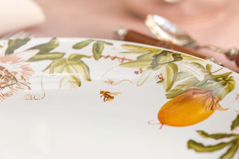 Detalhe da abelha estampada no prato raso, como que atraída pelo perfume do maracujá.
