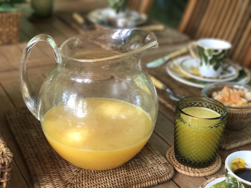 Para acompanhar as panquecas, suco de laranja! A jarra de acrílico XXXX é ótima para dias de muito movimento, pois tem capacidade para xl.