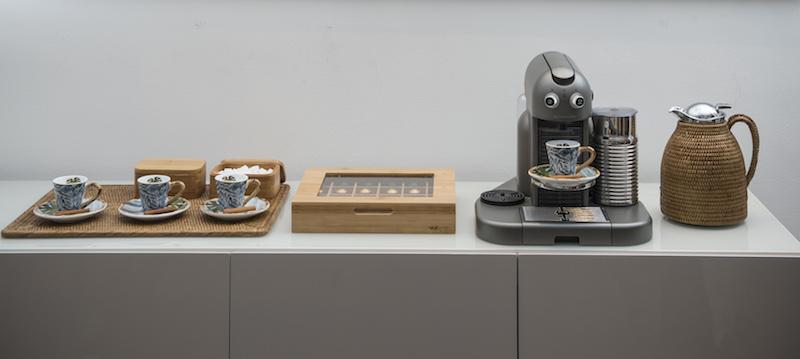 Quando o café é em cápsulas, as diferenças de sabor já estão embutidas em cada uma delas. Por isso, o buffet de laca da linha Casablanca tem o tampo muito mais livre. Além da cafeteira, o essencial é deixar à mão as próprias cápsulas, xícaras, adoçante e açucar e leite.