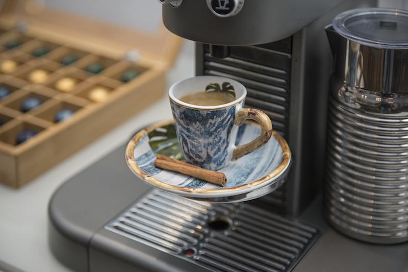 As xícaras da linha Búzios dão cor ao cnatinho do café, quedrando a sobriedade.