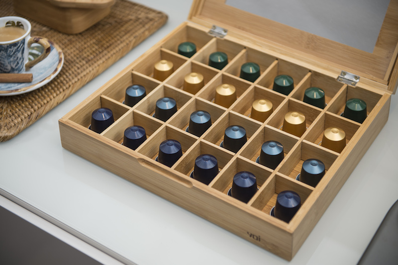 A caixa porta-cápsulas também é de bambu. Sua máquina é daquela que tem cápsulas maiores? Pode usar a caixa para chá da mesma linha que cabe (veja clicando aqui).