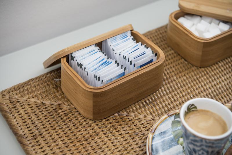 Nesta versão, os adoçantes e o açúcar ficam escondidos em caixinhas de bambu, bem clean.