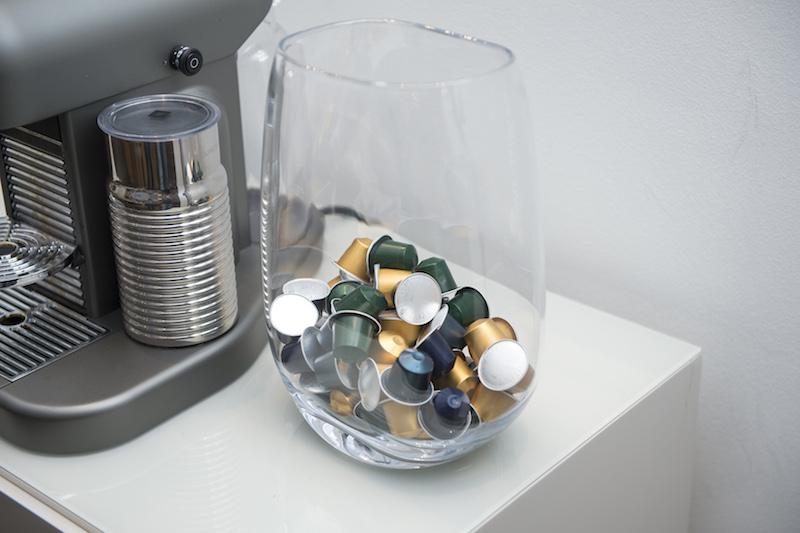 Um belo vaso de vidro é um bom recipiente para cápsulas de café expresso.