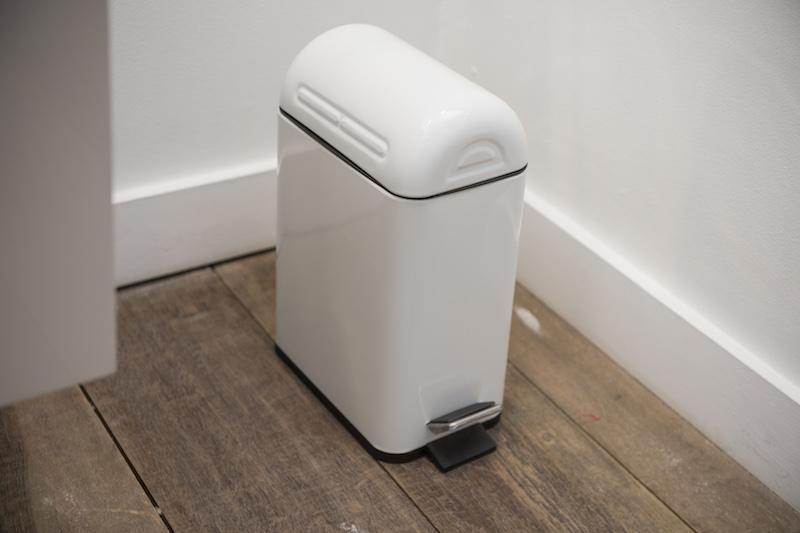 No chão, um detalhe que faz toda a diferença: lixeira para as cápsulas usadas, no formato de uma máquina de expresso. Não se esqueça de levá-las para a reciclagem!
