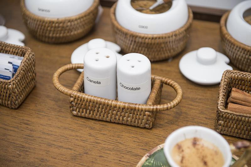 O saleiro e pimenteiro dá lugar ao chocolate e à canela nesse cantinho do café.