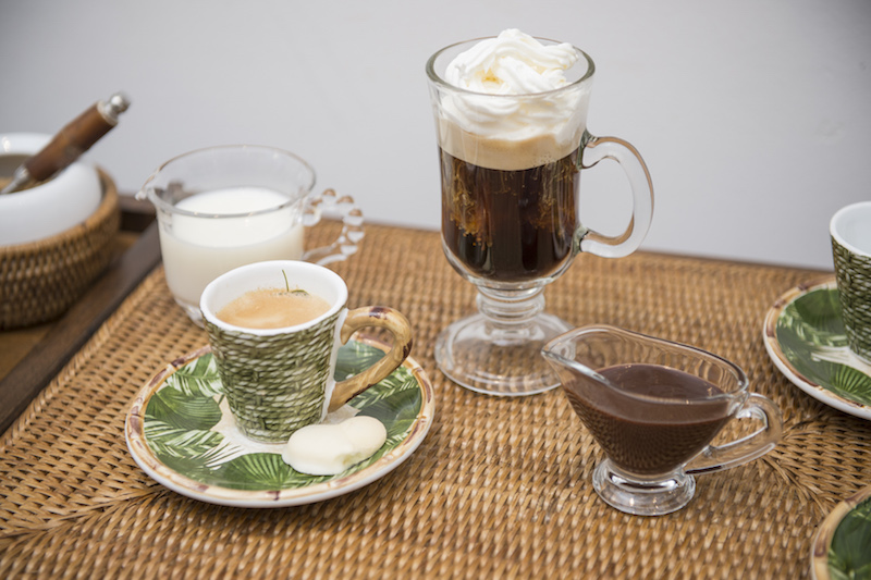 O cantinho do café, com xícara de expresso (linha Iporanga), caneca de vidro para Capuccino, mini molheira de vidro com Nutella e mini jarra de vidro com leite. Tudo em pequenas porções.