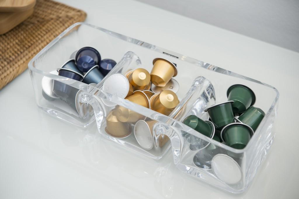 Outra opção para guardar as cápsulas que combina com esse estilo é essa em vidro com três compartimentos. Se quiser colocar mais sabores, poder usar duas.