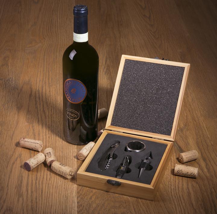 O estojo Veneto em bambu vem com saca-rolhas, bico dosador ou salva gotas (para servir sem derramar), anel (evita que gotas escorram pela garrafa) e rolha hermética, para guardar o vinho quando não se esvazia toda a garrafa.