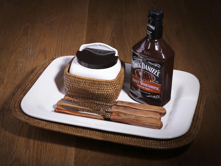 Que tal montar um kit de tempero da carne? Travessa de ceramica com base em rattan, saleiro para sal grosso e molho barbecue (pode ser chiimichurri também, oou outro que seu pai goste).