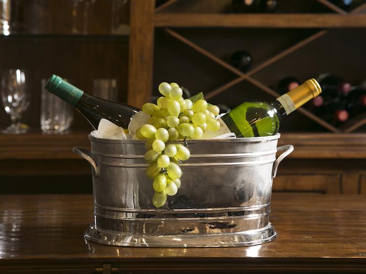 O balde de gelo niquelado acomoda bem duas a três garrafas de vinho branco ou rosé.