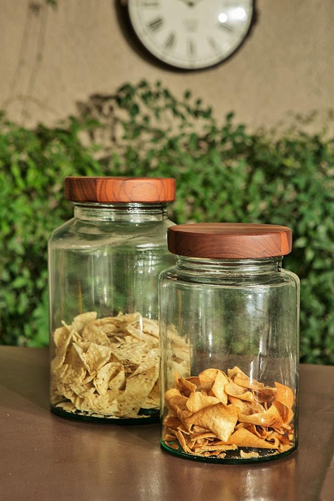 Porta mantimentos com tampa de madeira para deixar os principais ingredientes bem à mão.