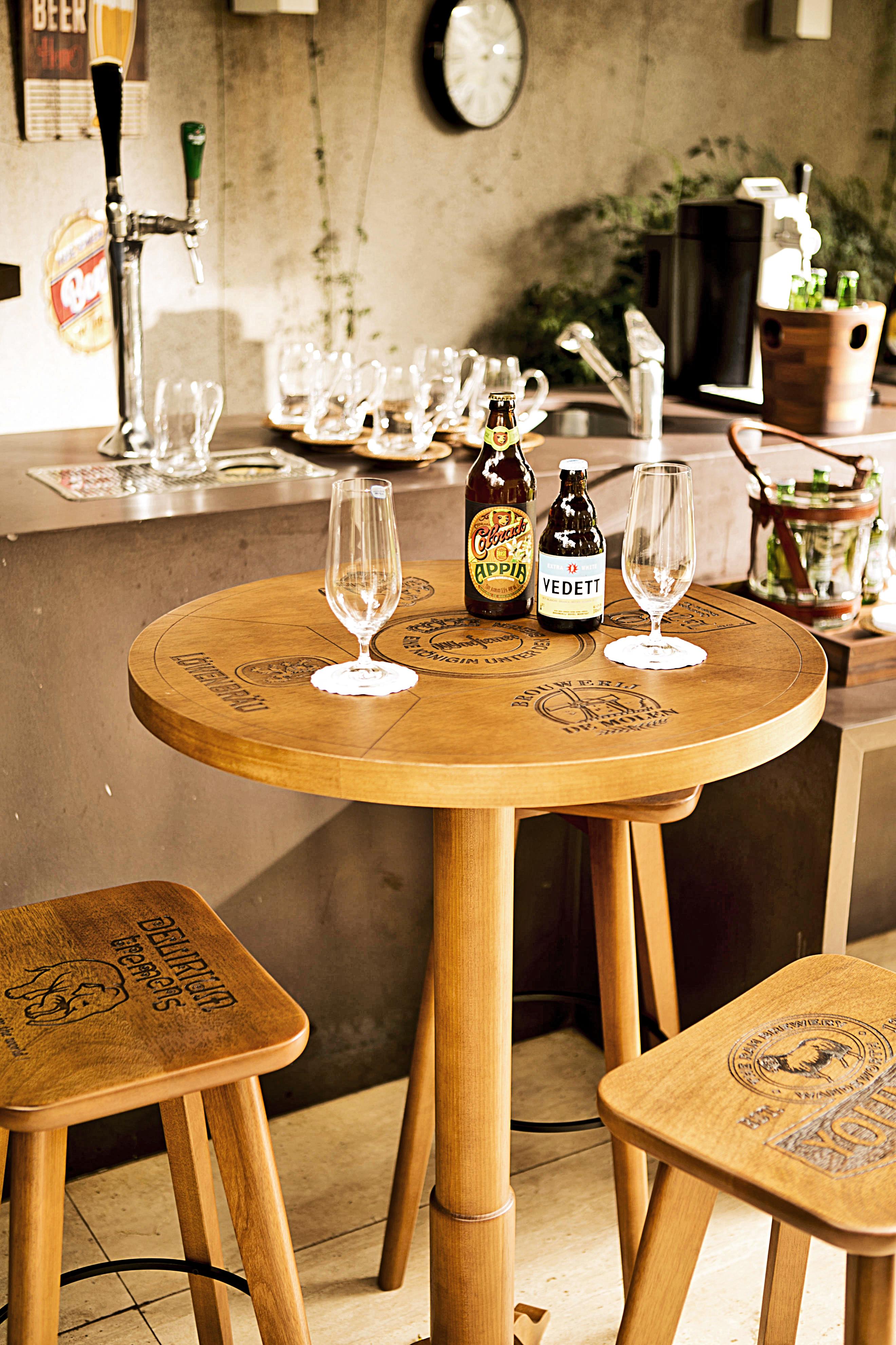 Receber os amigos para degustar cervejas artesanais fica mais gostoso com a mesa alta e as banquetas da linha Boteco, com rótulos conhececidos gravados a laser no tampo.