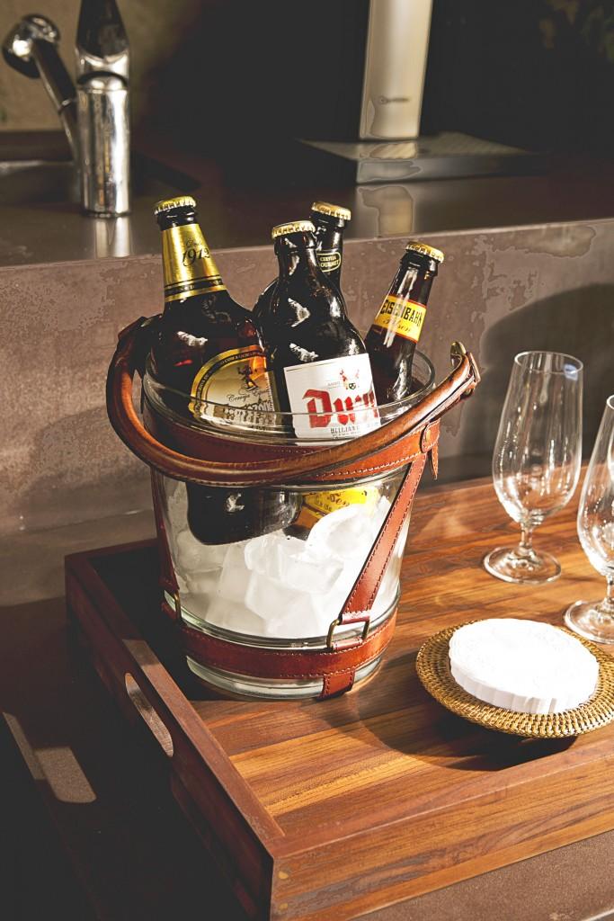 O balde de gelo em vidro com alça em couro, dá personalidade a qualquer bar.