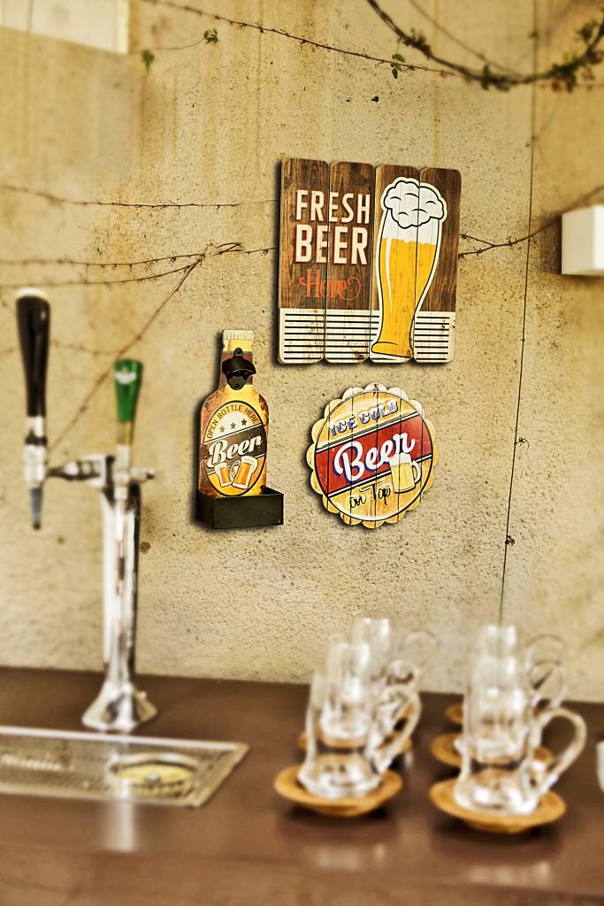Uma placa de madeira para decorar o cantinho da cerveja com charme.