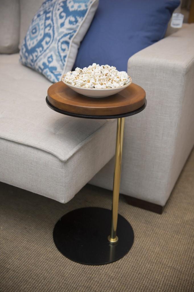 Ideal para ambientes compactos, a mesa auxiliar deixa o que é importante à mâo sem ocupar muito espaço. Ideal para a sala de TV.