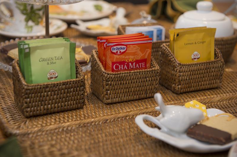 Os diferentes sabores de chá ficam disponíveis para os convidados em cestinhas individuais, que também servem para os sachês de adoçante.