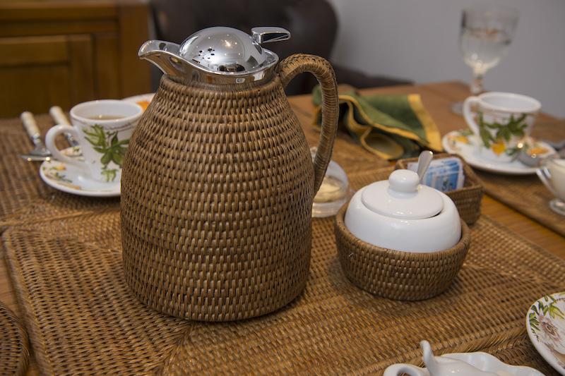 A água do chá deve ser bem quente, mas não pode ser fervida, para não ficar pesada. a garrafa térmica de rattan mantém a temperatura ideal para muitas xícaras de chá. Sem a anfitriâ ter que voltar mil vezes à cozinha para esquentar mais água.