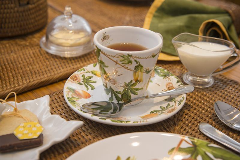 Colocar a mesa com capricho para a hora do chá é uma das partes mais gostosas desse ritual aconchegante.
