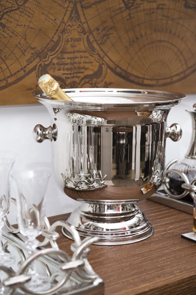 Para comemorar os melhores momentos, a champanheira em metal niquelado - tem o brilho da prata, mas não escurece nunca.