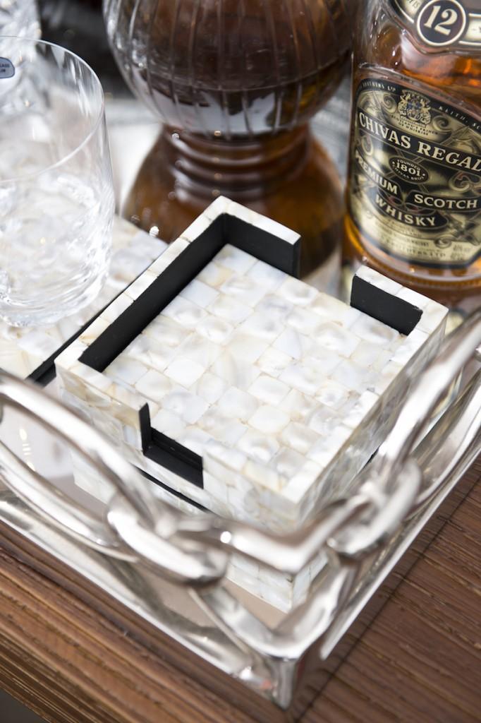 Um jogo de porta-copoas em madrepérola da uma r sofisticado ao bar.